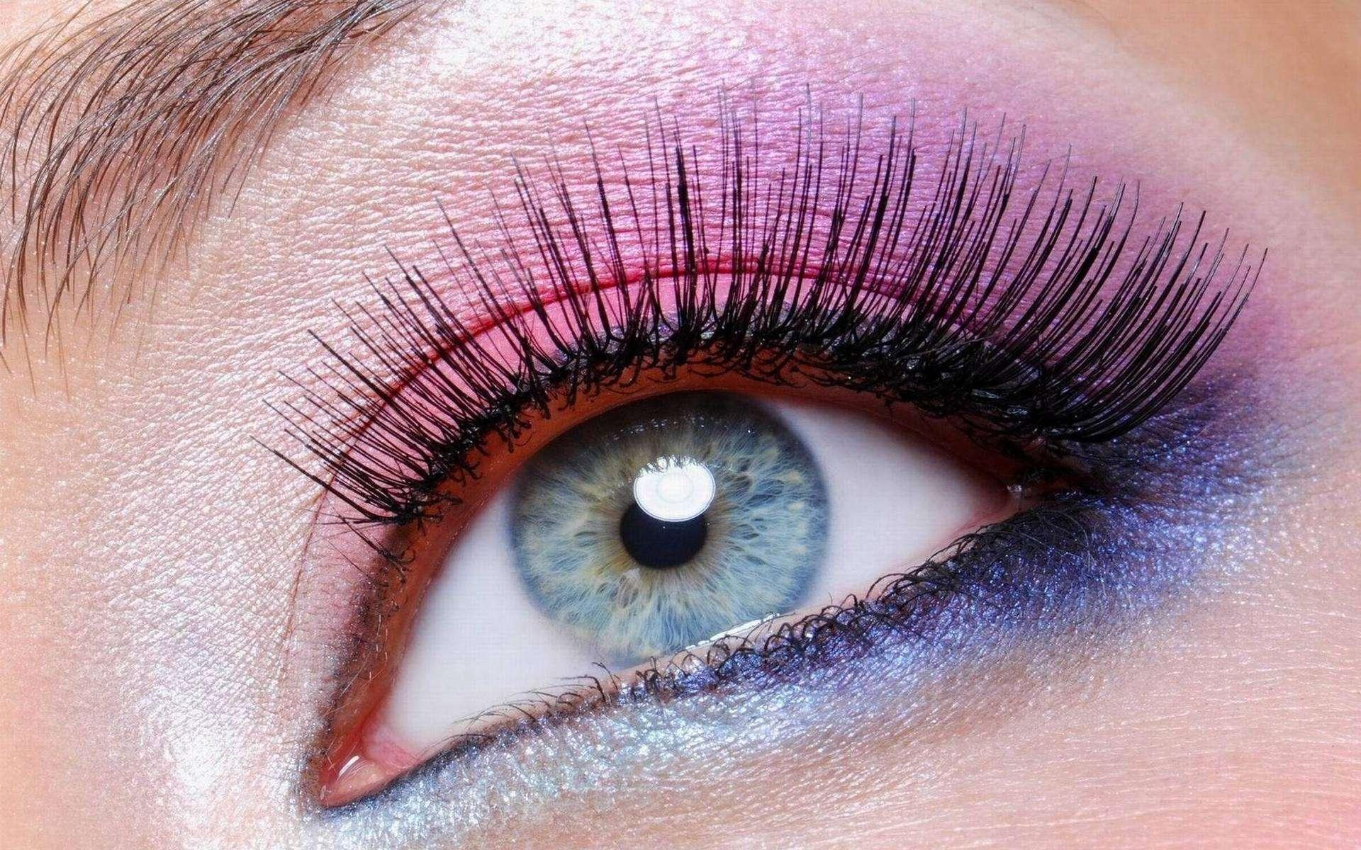 На фото: тени для серо-голубых глаз - ярко фиолетовый цвет теней.