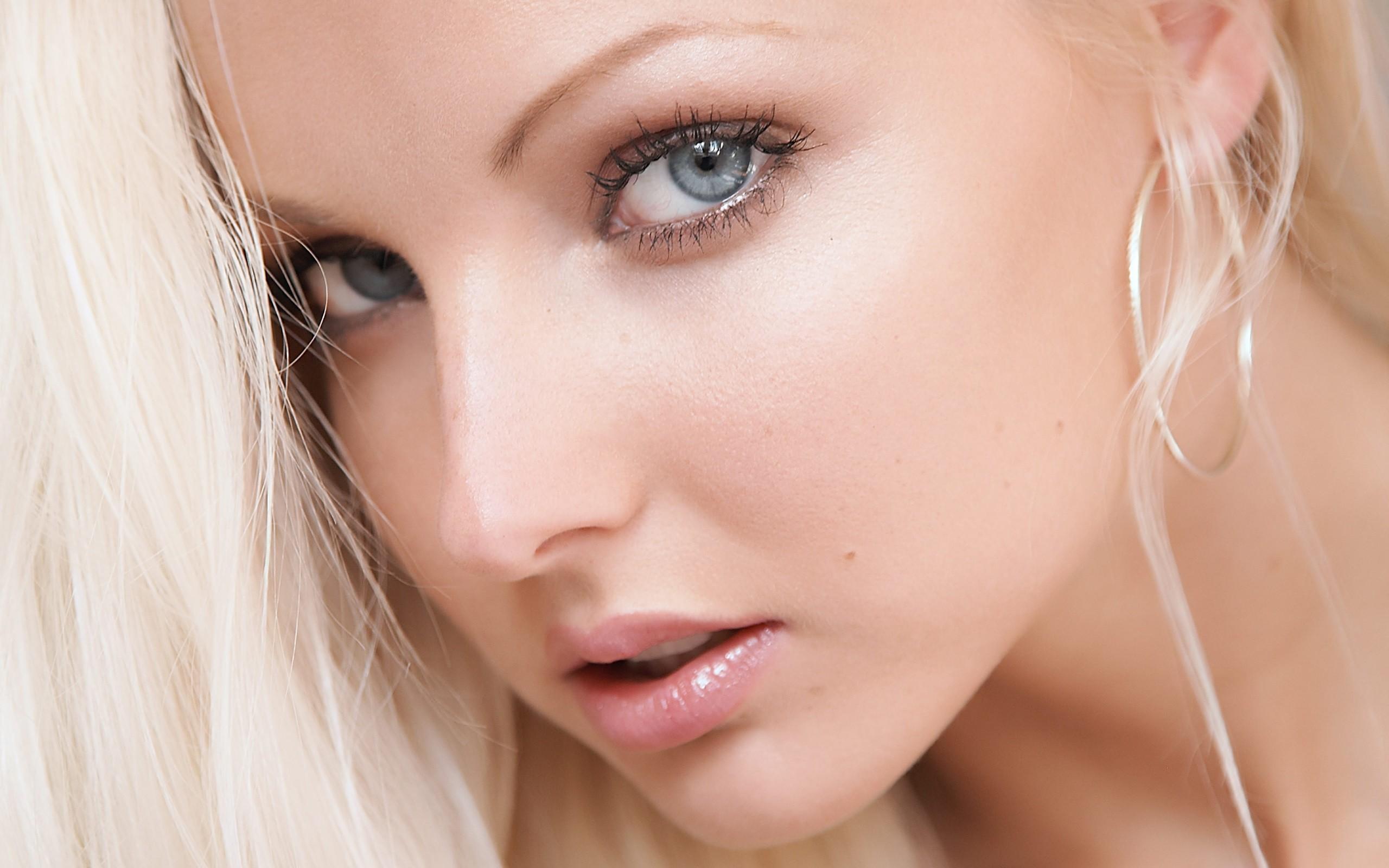 На фото: тени для сероых глаз.