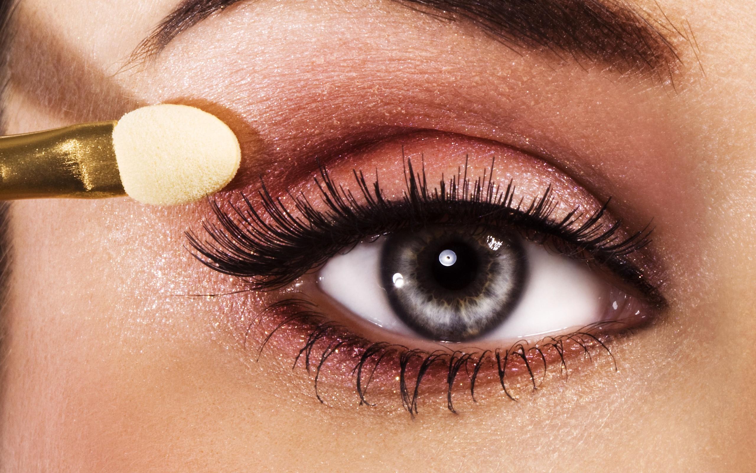 На фото: тени для сероых глаз.- серый цвет теней.