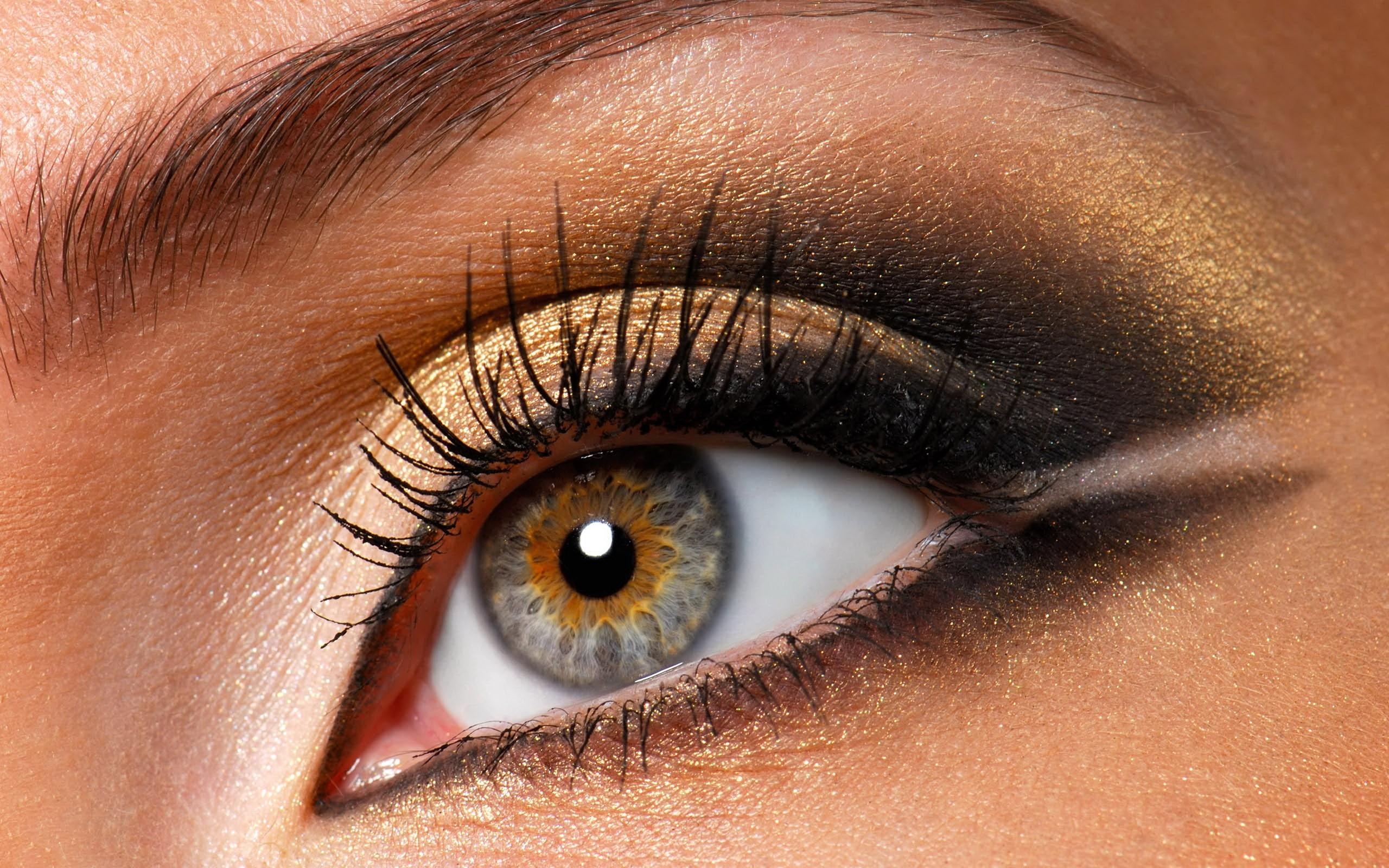 На фото: тени для сероых глаз.- золотисто коричневый цвет теней.