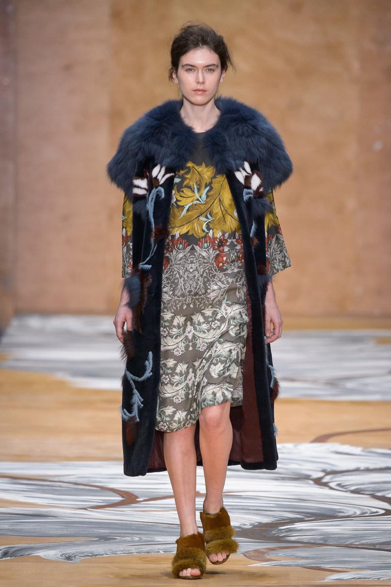 Мода осень-зима 2016-2017 - простые силуэты с использованием сложных принтов фото новинки из коллекцииAlena-Akhmadullina.