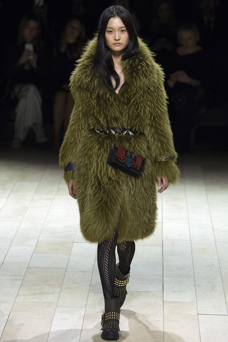 Мода осень-зима 2016-2017 - фото новинки из коллекции Burberr .