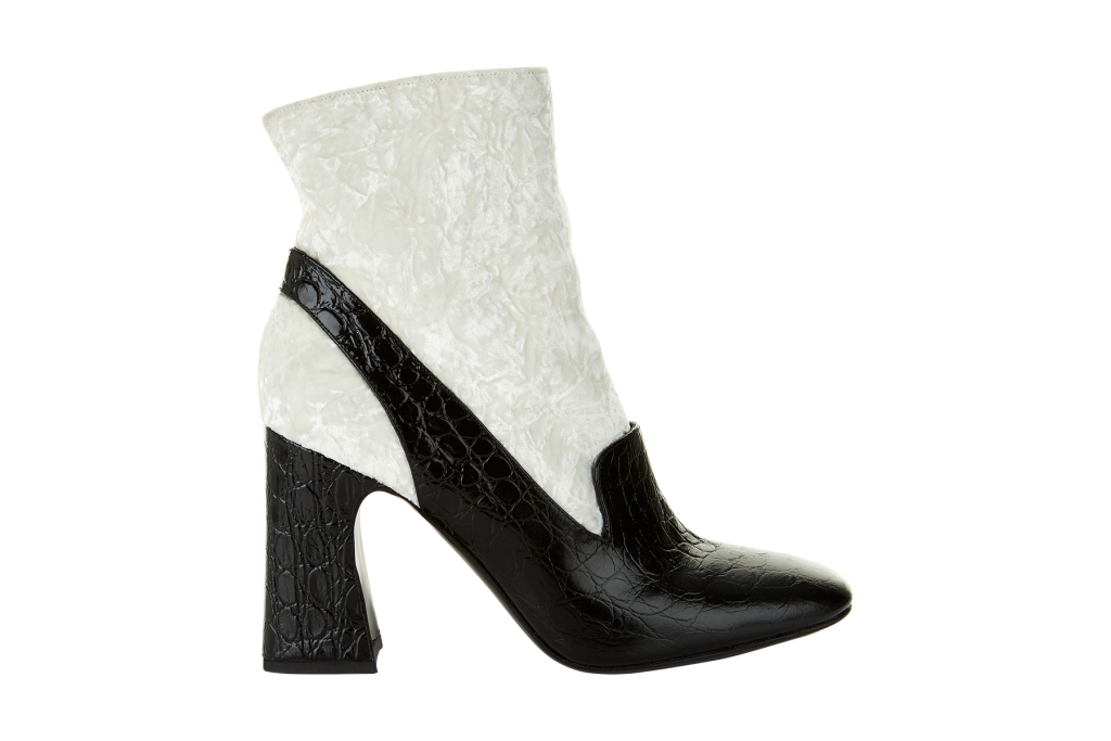 На фото: бело черные сапоги на массивном каблуке от Erdem.
