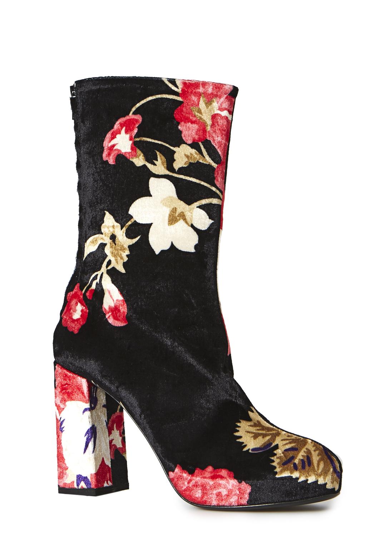 На фото: черные сапоги с цветочным принтомна высоком массивном каблуке от MSGM.