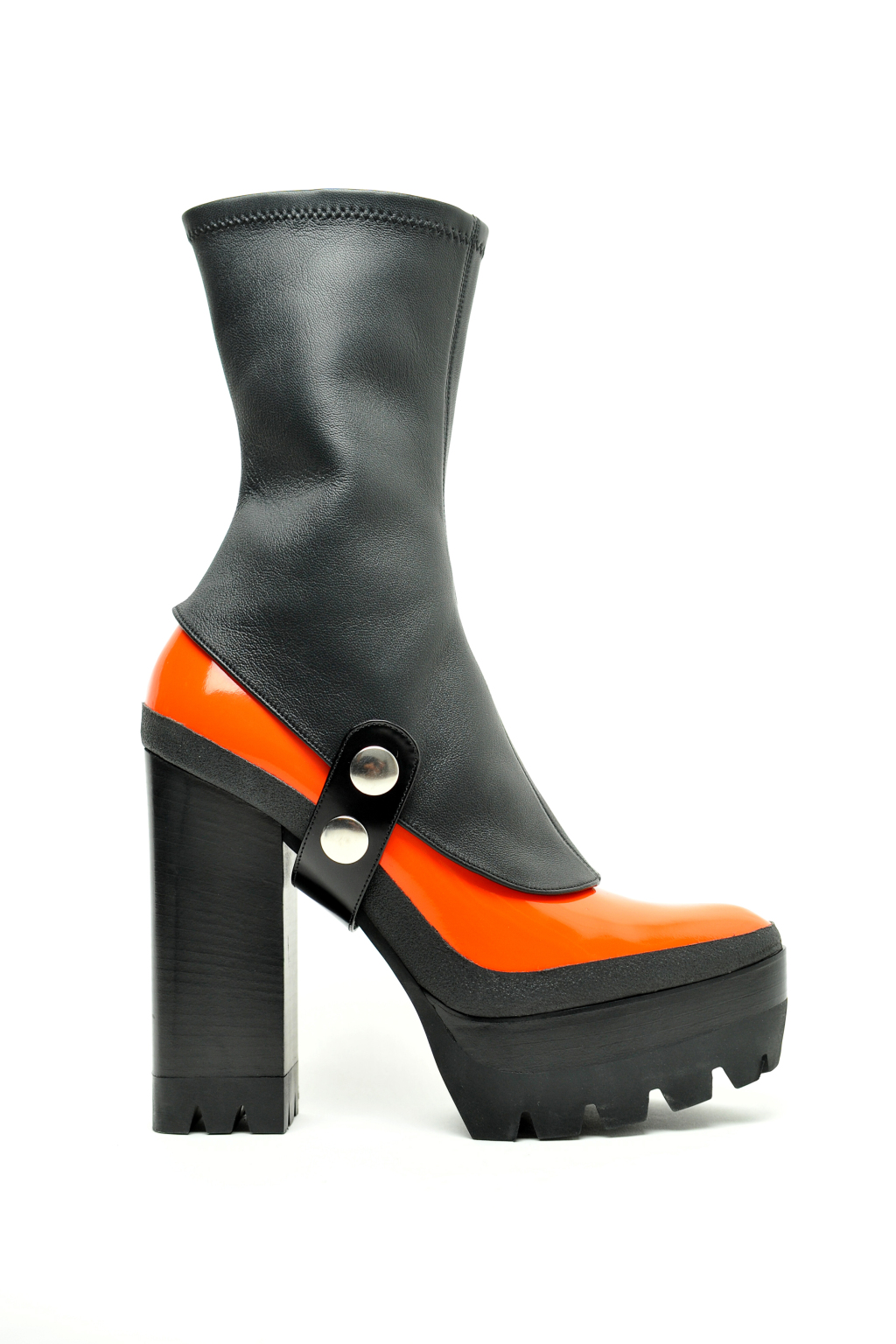 На фото: черные с оранжевымсапоги на высоком массивном каблуке и подошве с пряжками от Mulberry.
