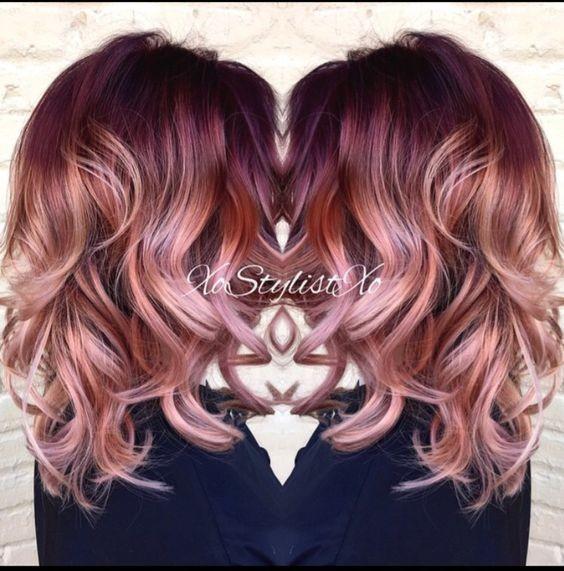 На фото: светло каштановый аттенок волос красиво сливается со светлыми концами прядей.