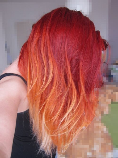 На фото:.ветло- красный оттенок волос плавно переходит в золтистый цвет волос.