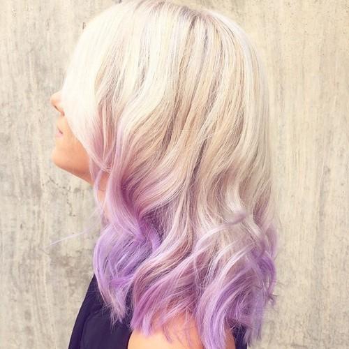 На фото: светлый оттенок волос красиво сливается с ярко фиолетовыми концами прядей.