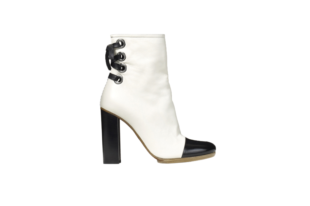 На фото: черные белые сапоги  на высоком массивном каблуке со шнуровкой от Proenza Schouler.