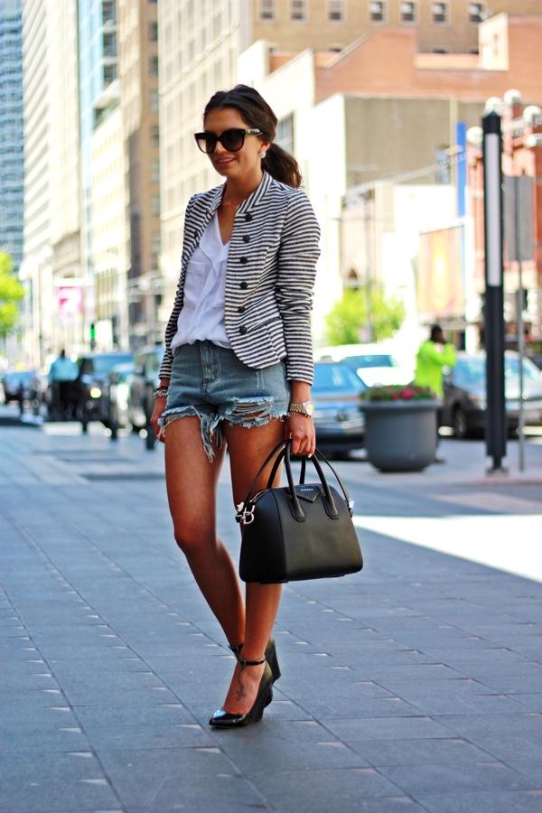 На фото: рваные джинсовые шорты с белым топиком и пиджачком с принтом в полоску.