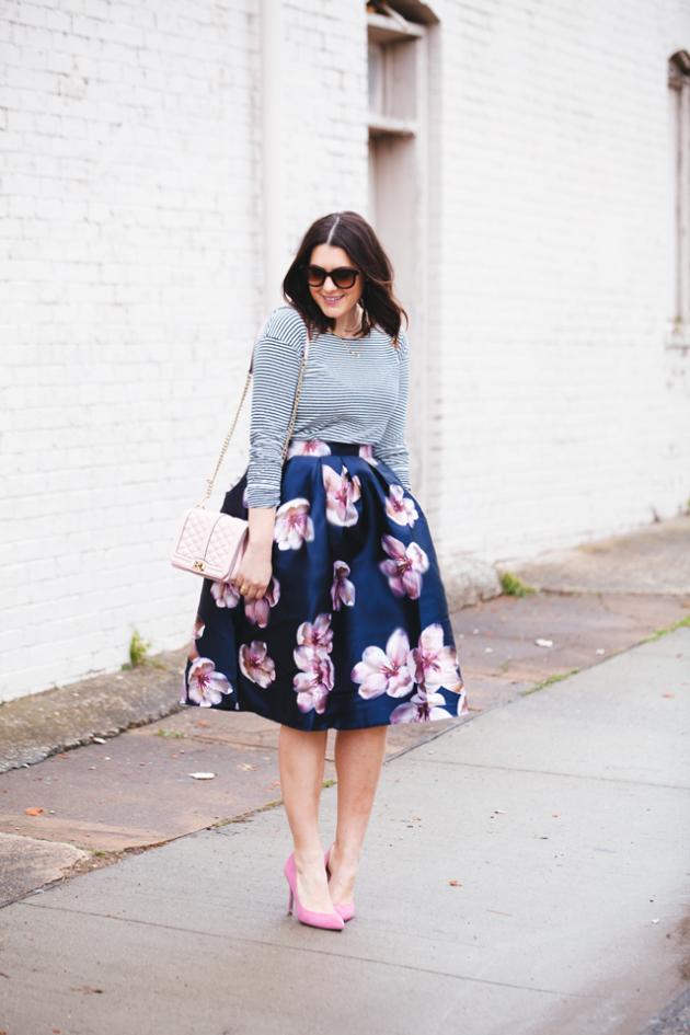 На фото: пышная юбка с крупгыми цветами с кофтой в тон к фону юбки.