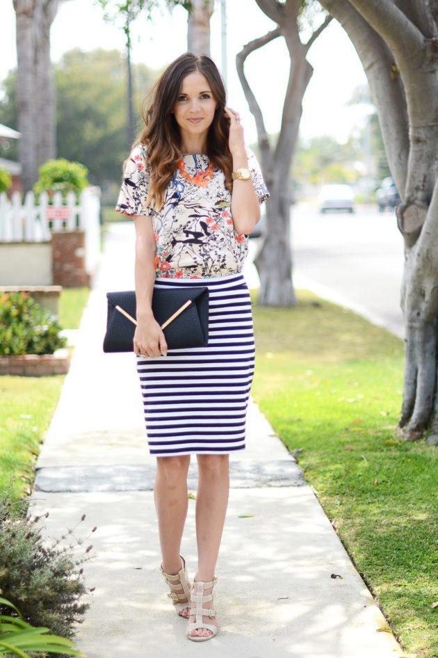 На фото: юбка карандаш с принтом в полоску с блузкой с цветочным принтом.