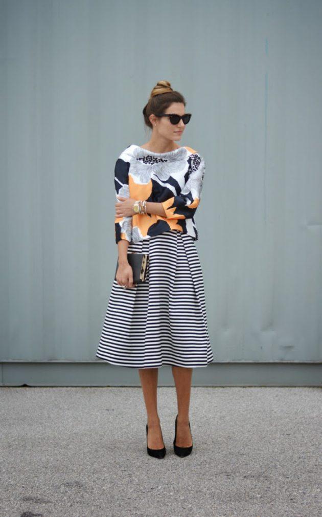 На фото: пышная юбка миди в полоску с блузкой с ярким цветочным принтом.