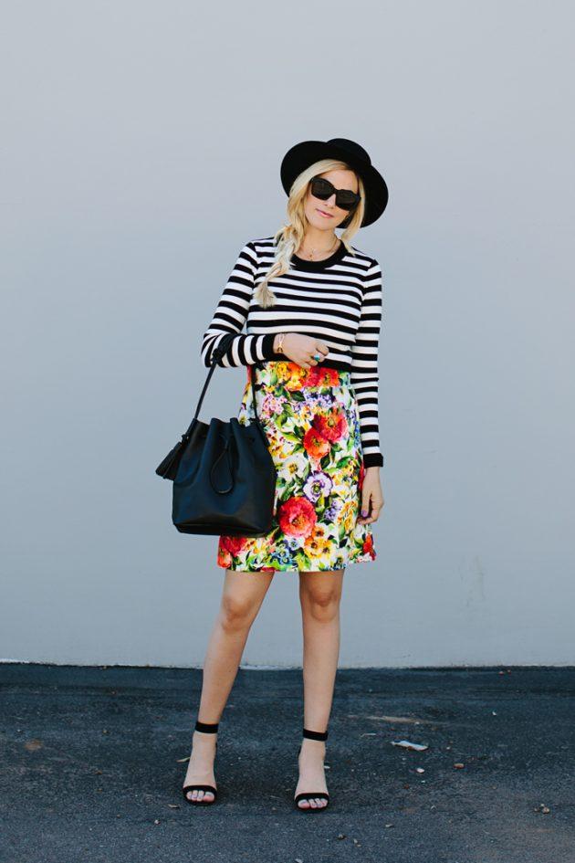 На фото: короткая юбка с ярким цветочным принтом с блузкой в полоску.