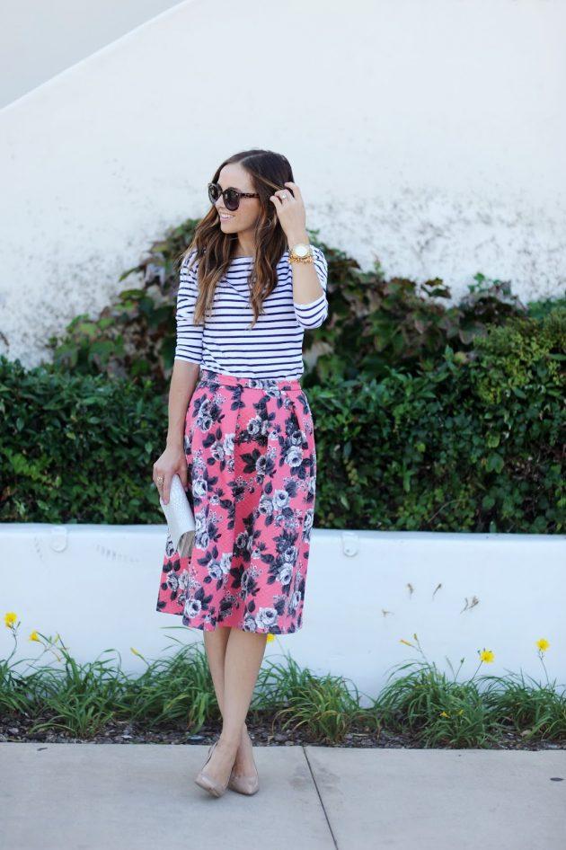 На фото: юбка с ярким цветочным принтом с блузкой в полоску.