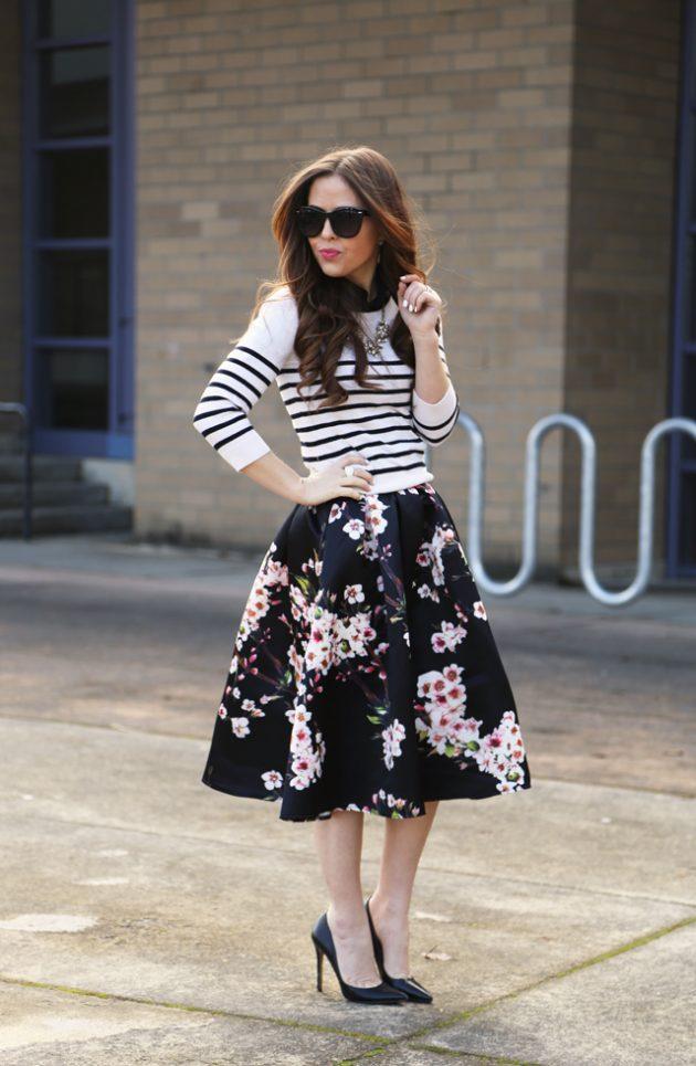 На фото: пышная черная юбка с цветочным принтом с кофтой в полоску.