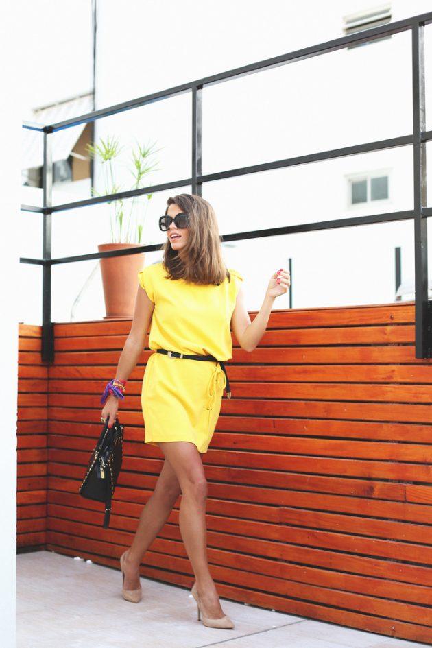 На фото: короткое желтое платье с черным ремешком.
