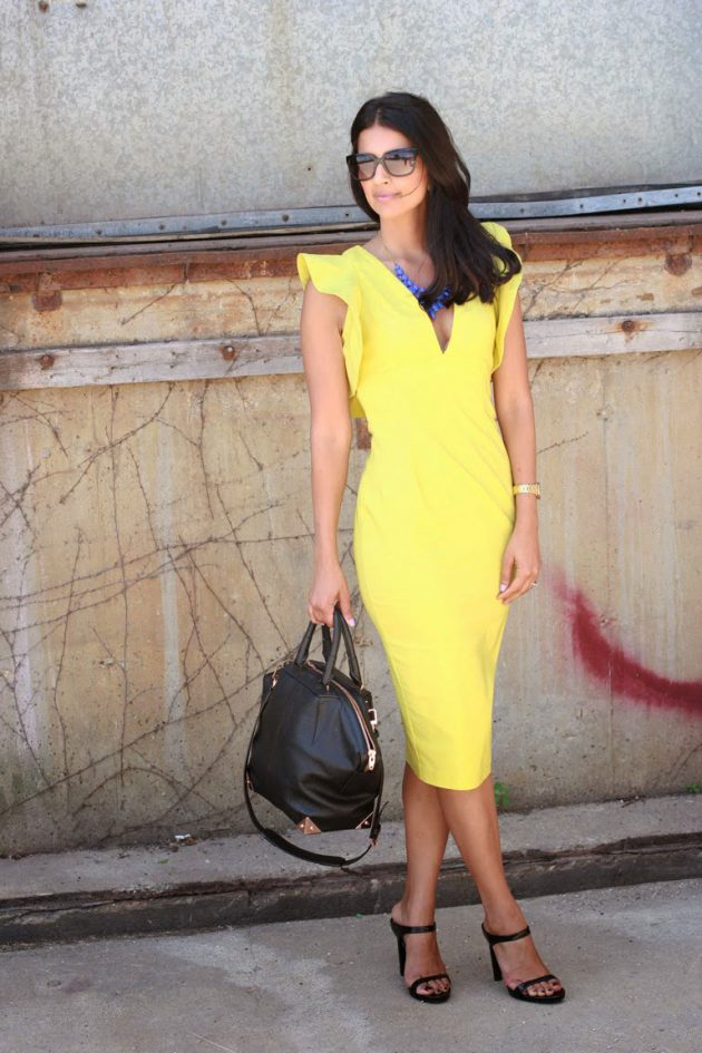 На фото: обтягивающее желтое платье миди с черными босоножками.