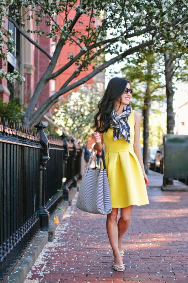 На фото: желтое платье с расклешённой юбкой.