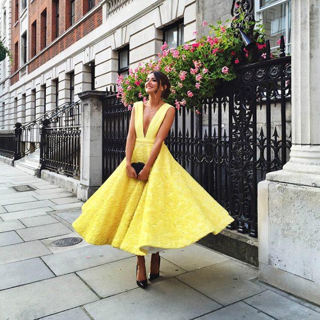 На фото: платье в стиле Мэрилин: расклешённая юбка миди и смелое декольте