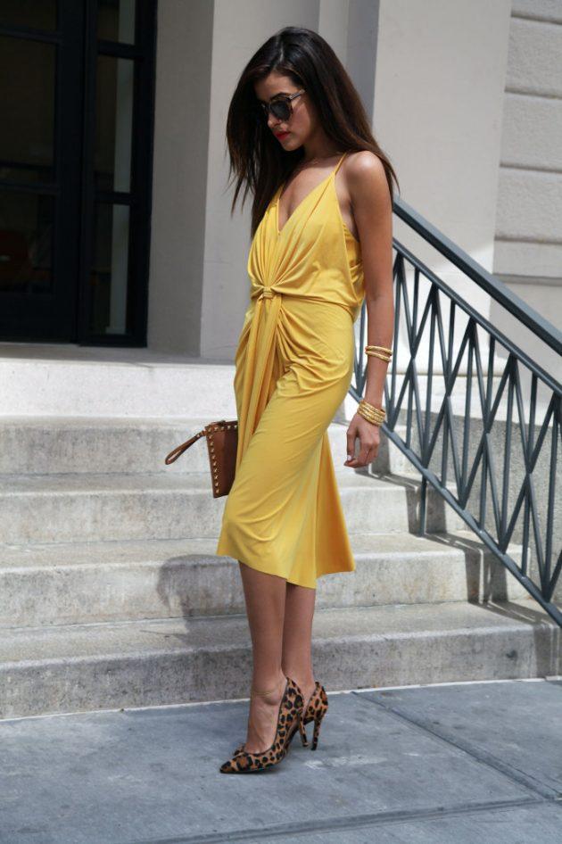 На фото: прямое желтое платье с черными туфлями.