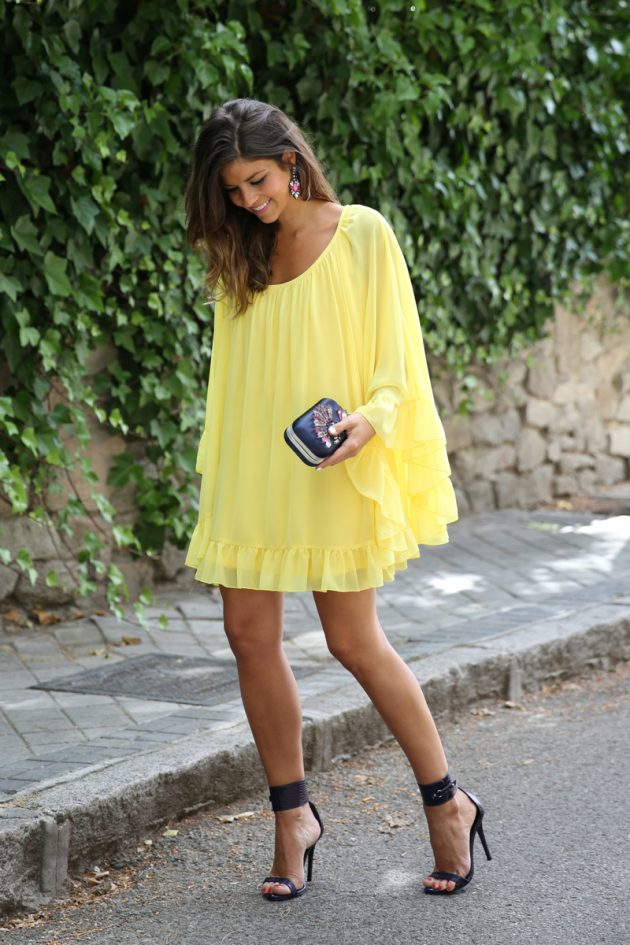 На фото: желтое платье-рубашку А-силуэта. с черными босоножками.