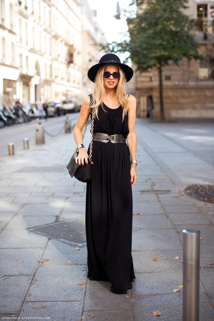 На фото: черное платье миди с большим вырезом и широким ремнем.