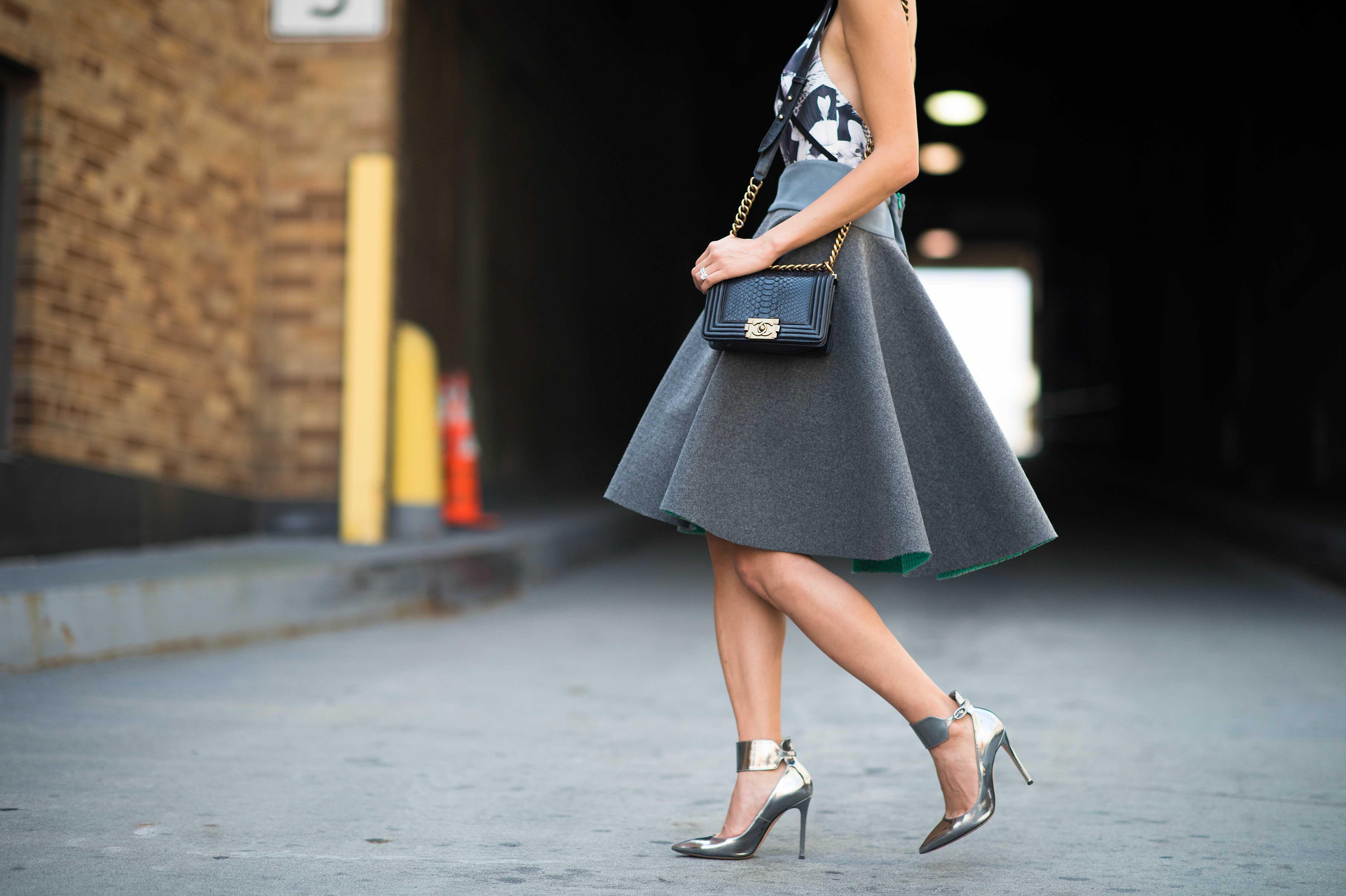 На фото: платье с завышеной талией.