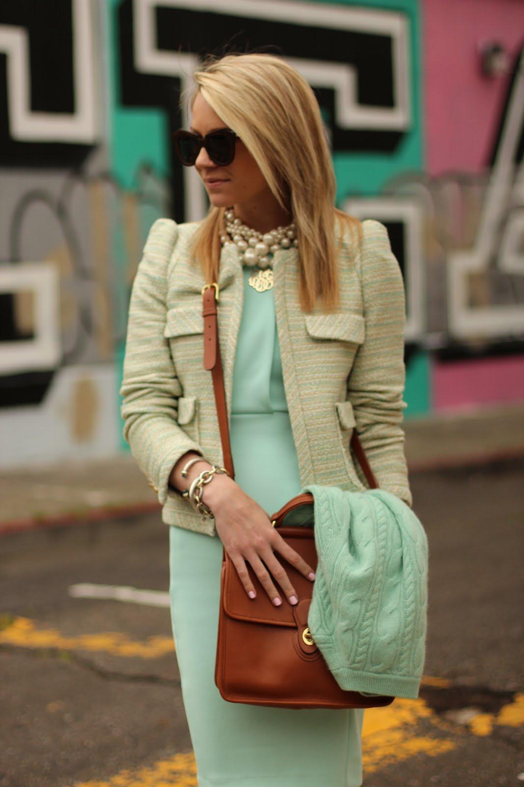 На фото: нежно салатовое платье с пиджачком с накладными карманами на груди.