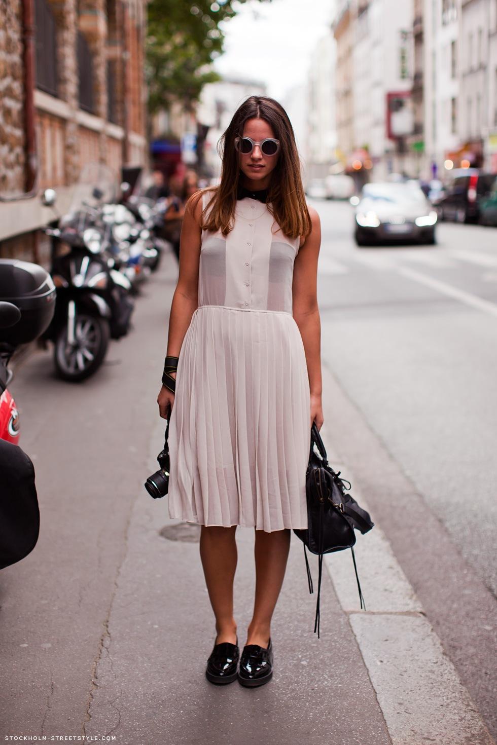На фото: нежно розовое платье.