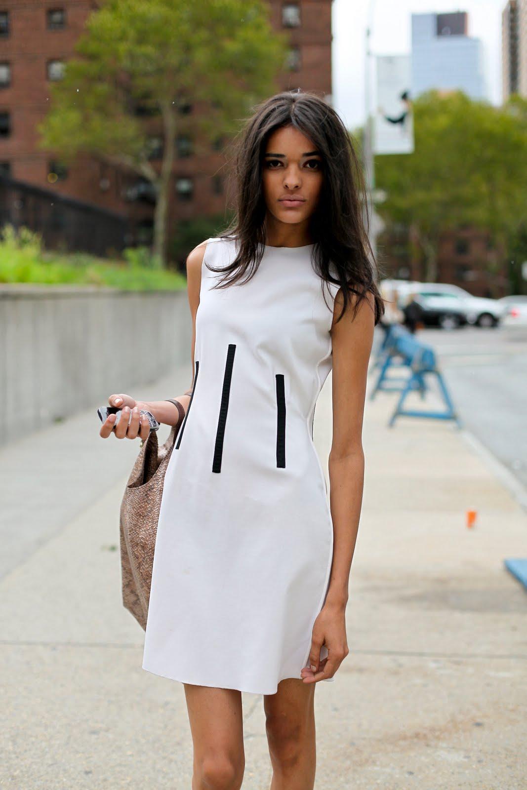 На фото: белое платье.