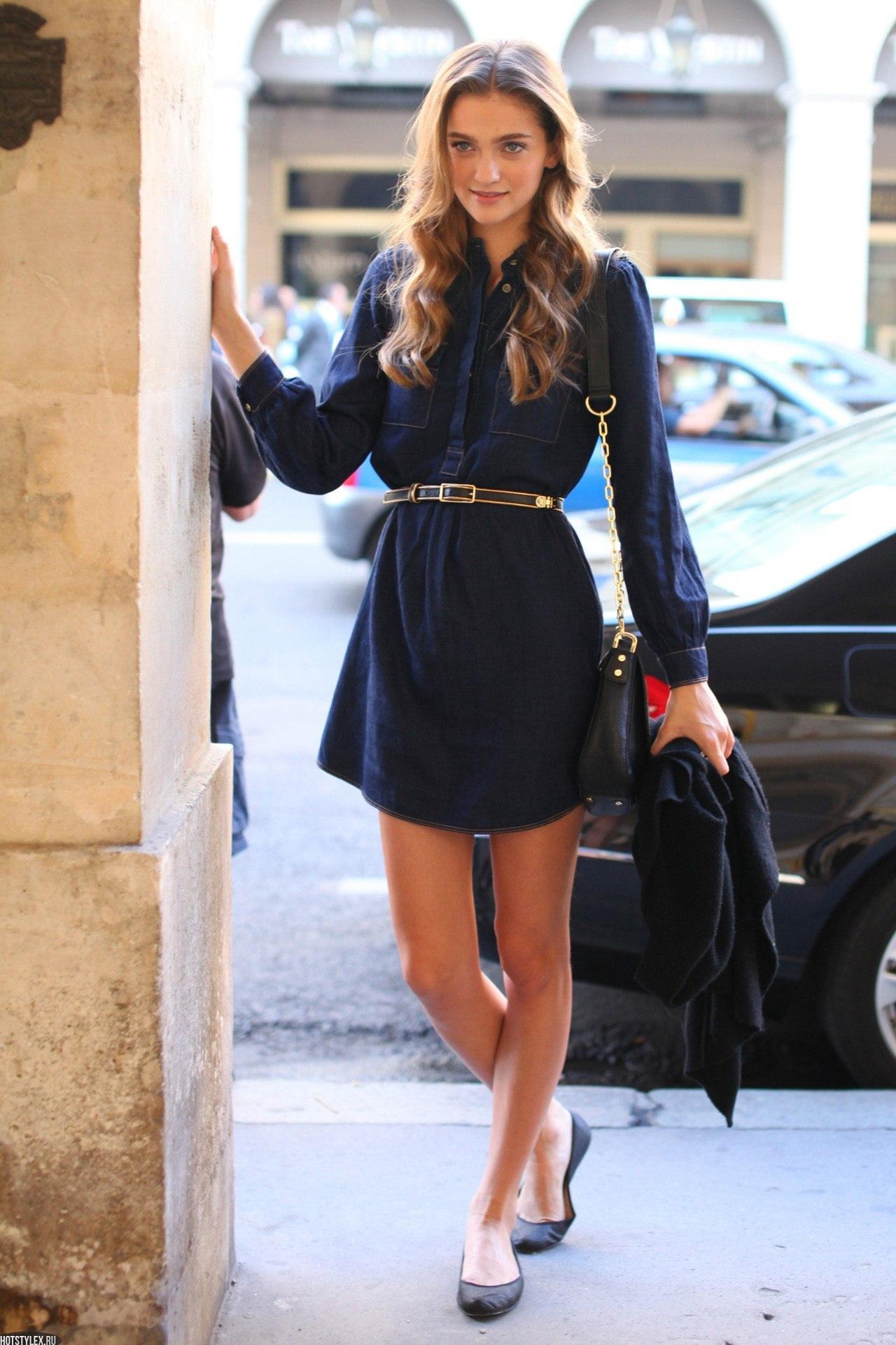 На фото: черное маленькое платье с динными рукавами и золотым ремешком.