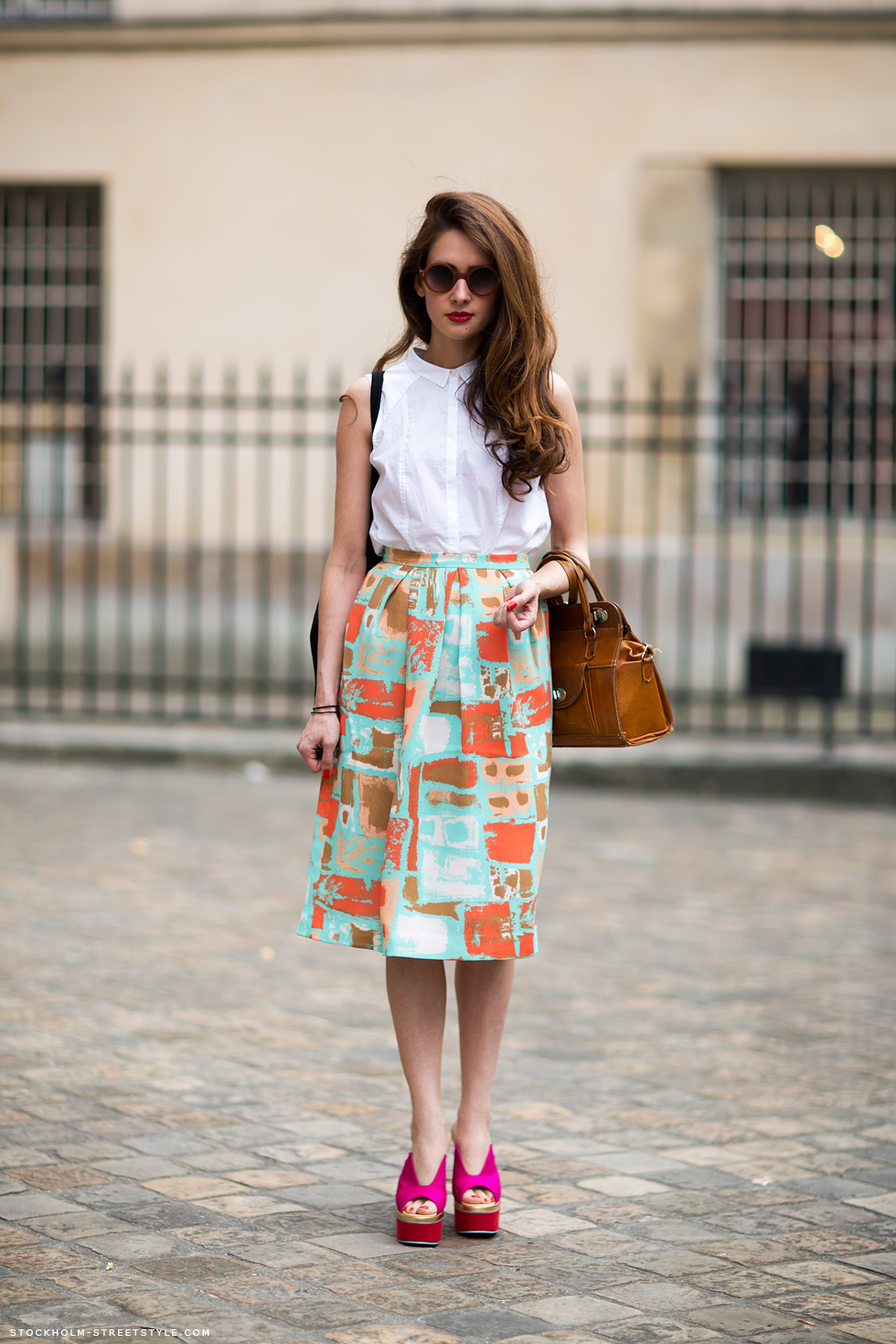 На фото: белая блузка с юбкой с принтом.