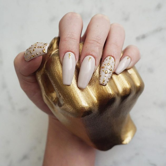 На фото: новые тенденции в области маникюра: форма ногтей, по своей конфигурации напоминающая балетные тапочки.
