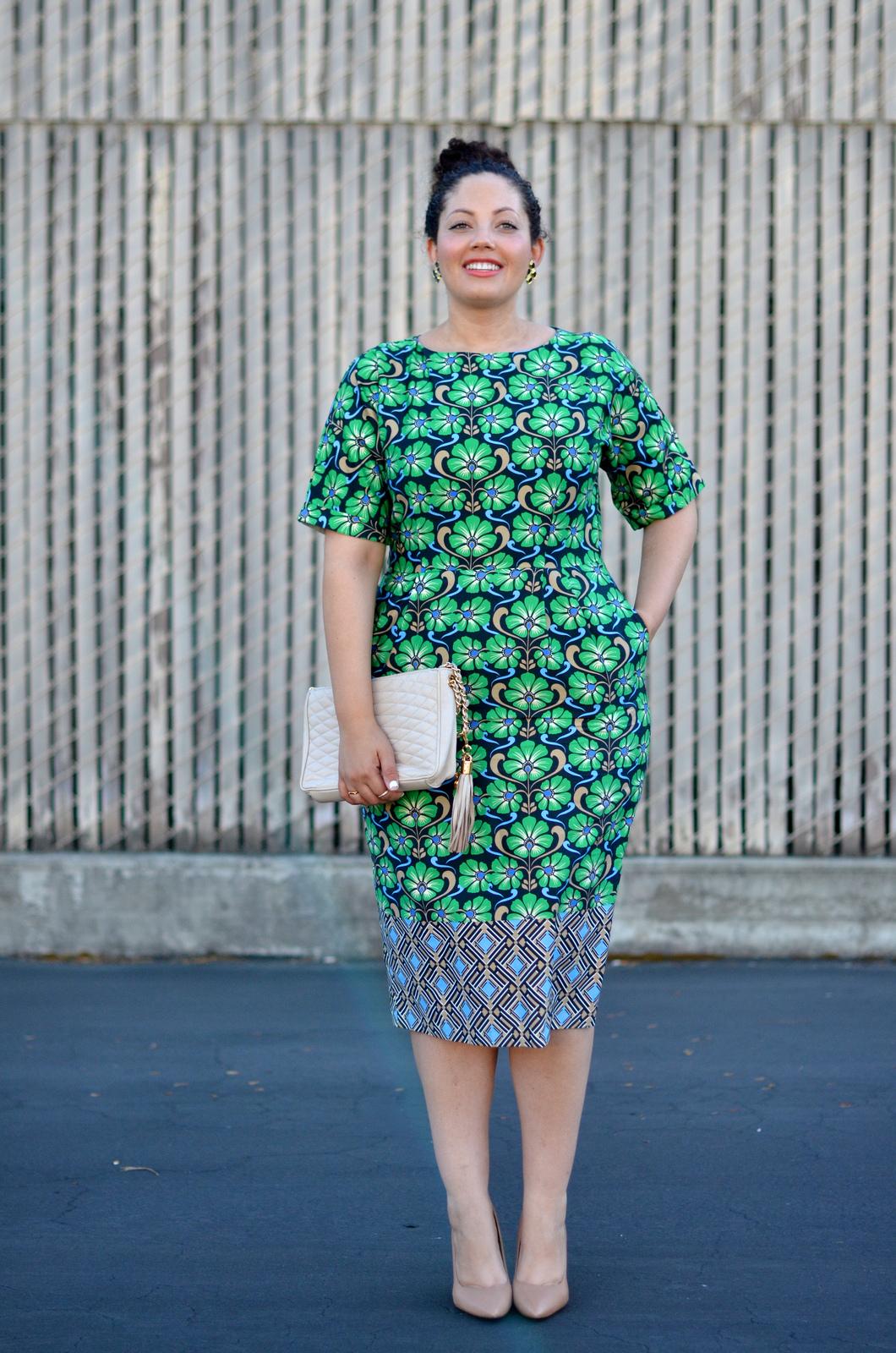 На фото: юбка карандаш с туникой длиной до середины бедра.