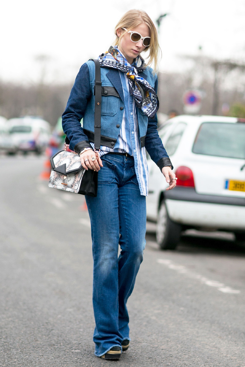 На фото: джинсы фасона клеш удлиняют ноги.