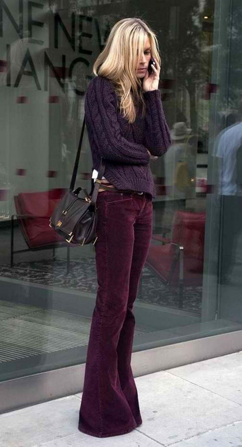 На фото: брюки фасона клеш удлиняют ноги.