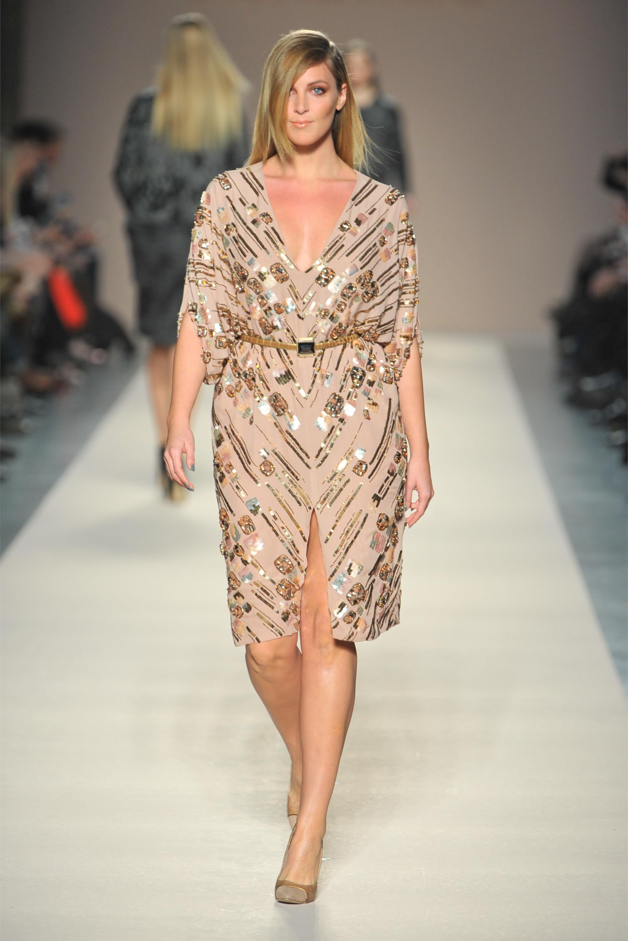 На фото: платье с разрезом, которое визуально удлиняет ноги.