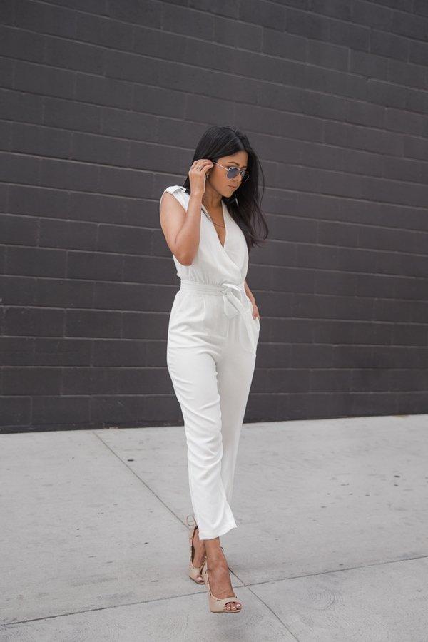На фото: новый белый модный лук - белый комбинезон.