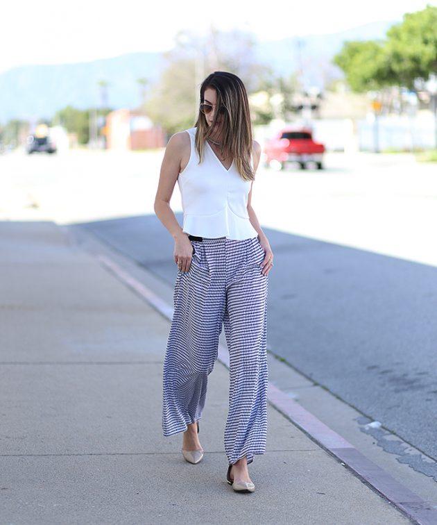 На фото: светлые брюки Палаццо с белым топом.