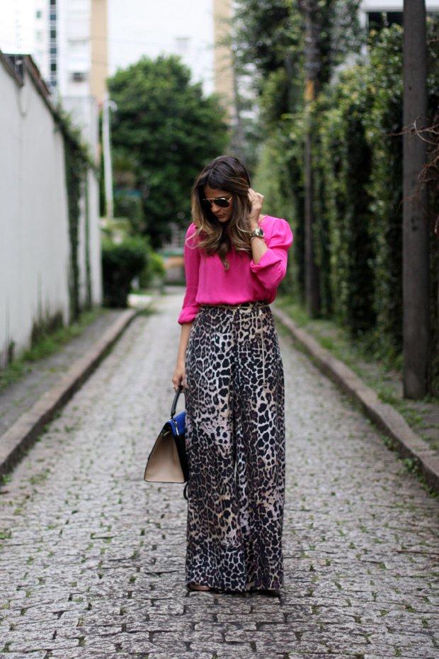 На фото: брюки Палаццо с цветочным принтом и розовой блузой.