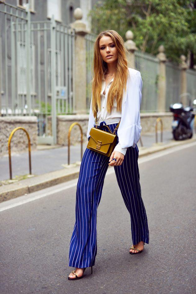 На фото: синии брюки Палаццо с белой блузой.