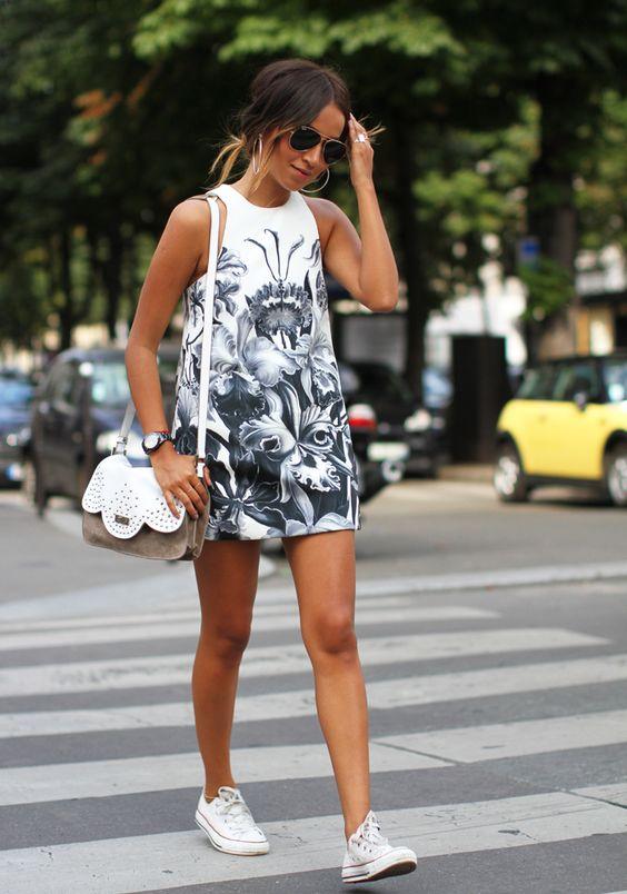 На фото: легкое платье с экзотическим ярким принтом.