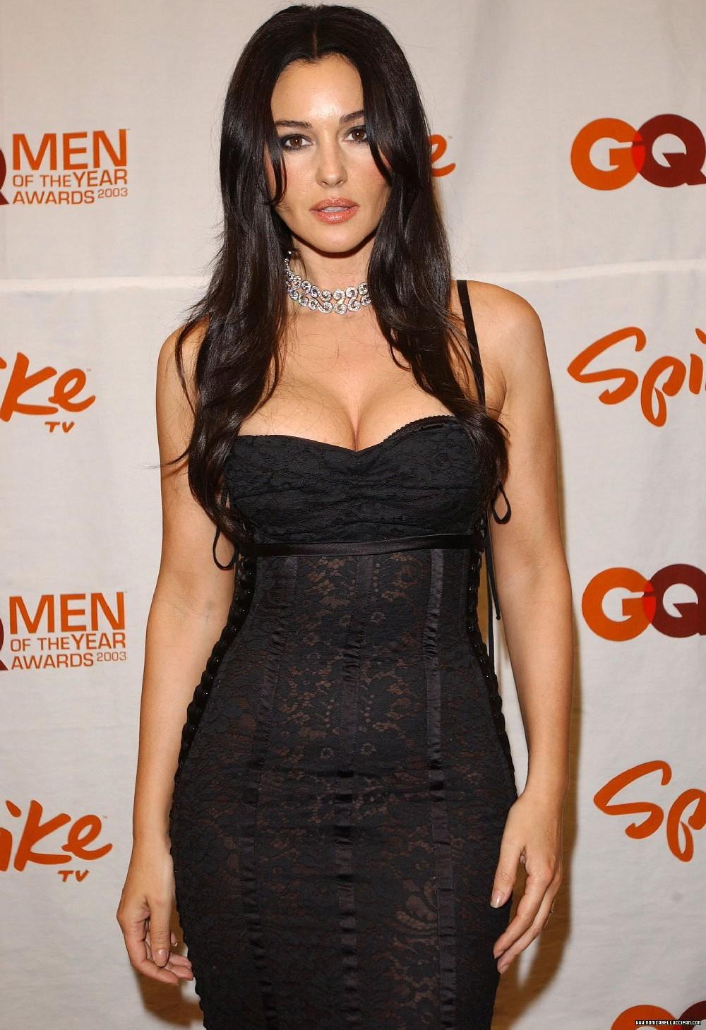 На фото: черное платье декольте.