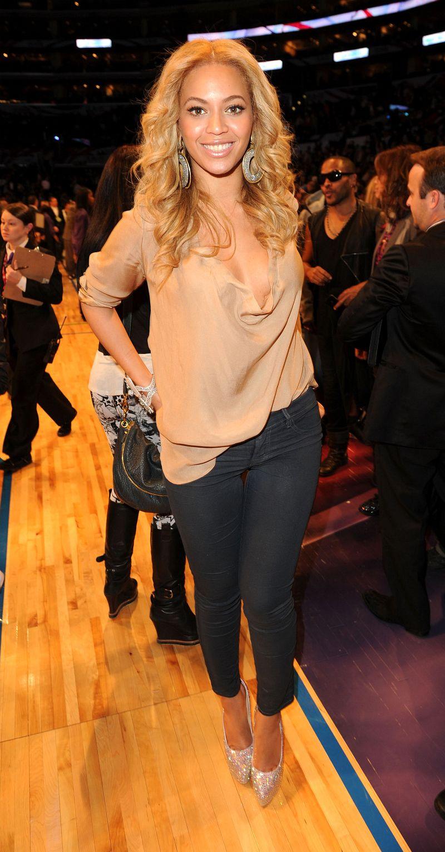 На фото: черные брюки капри с блузкой.