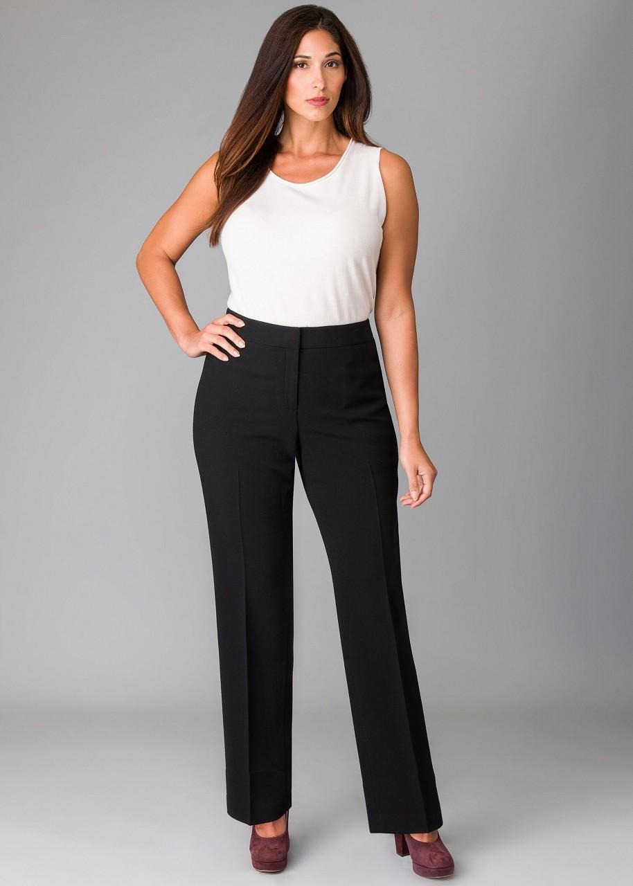 На фото: черные брюки прямого силуэта с белой блузкой.