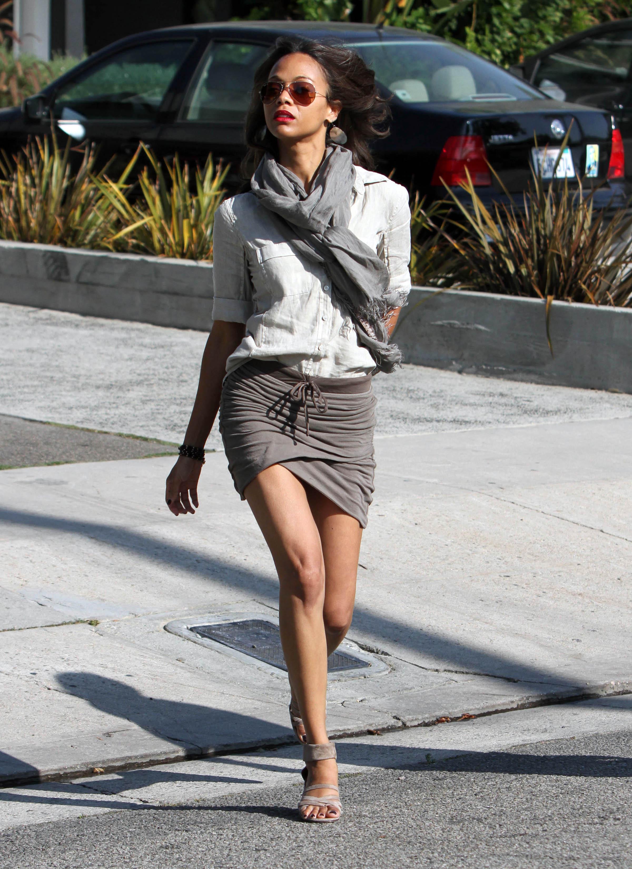 На фото: асимметричная мини-юбка.