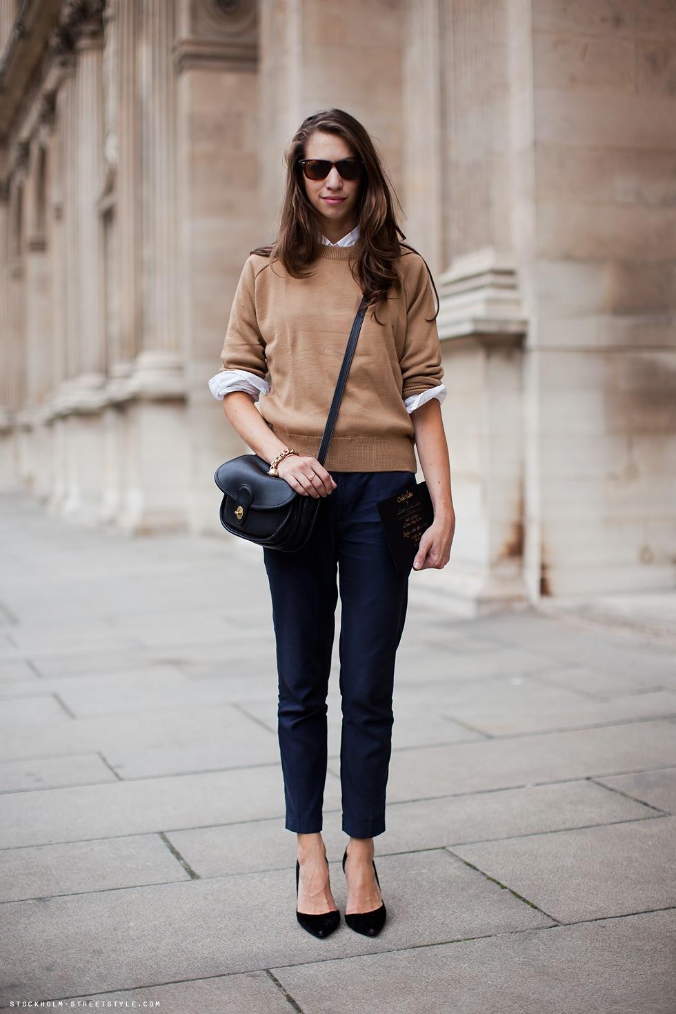 На фото: светло коричневая кофта с черными джинсами и в черных туфлях на высоком каблуке.