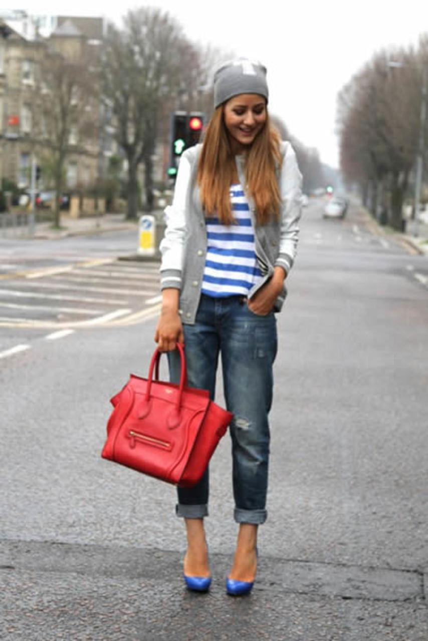 На фото: блуза в полоску с серо -голубыми джинсами бойфрендами, в синих туфлях на высоком каблуке.