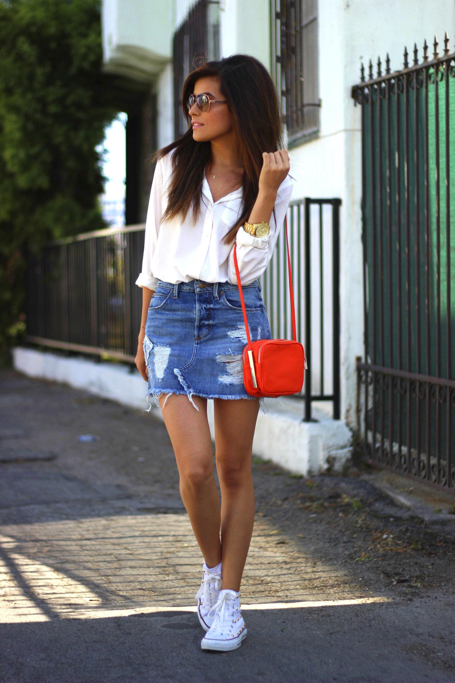 На фото: мини-юбка - чем короче юбка, тем больше видно ваших ног.